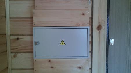 Электрощит установленный в деревянном доме