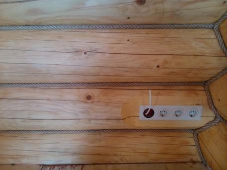 Установленная розетка в деревянном доме