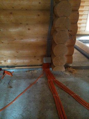 Провода в гофре в деревянном доме